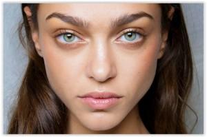 Plisse traži nježan make up i blistave obraze