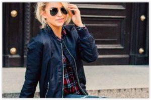Chic, casual, cool: Bomber jakna i jeans s metalic detaljima