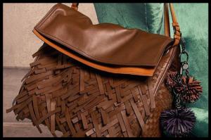 Nove, dinamične torbe s maxi resama jamče modnu euforiju!