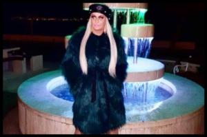 Blagdanska ekstravagancija, u interpretaciji prezgodne Jelene Bošnjak, donosi duh modnih devedesetih!