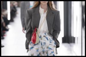 Šarmantni spoj dugog blazera i hlačica s uzorkom